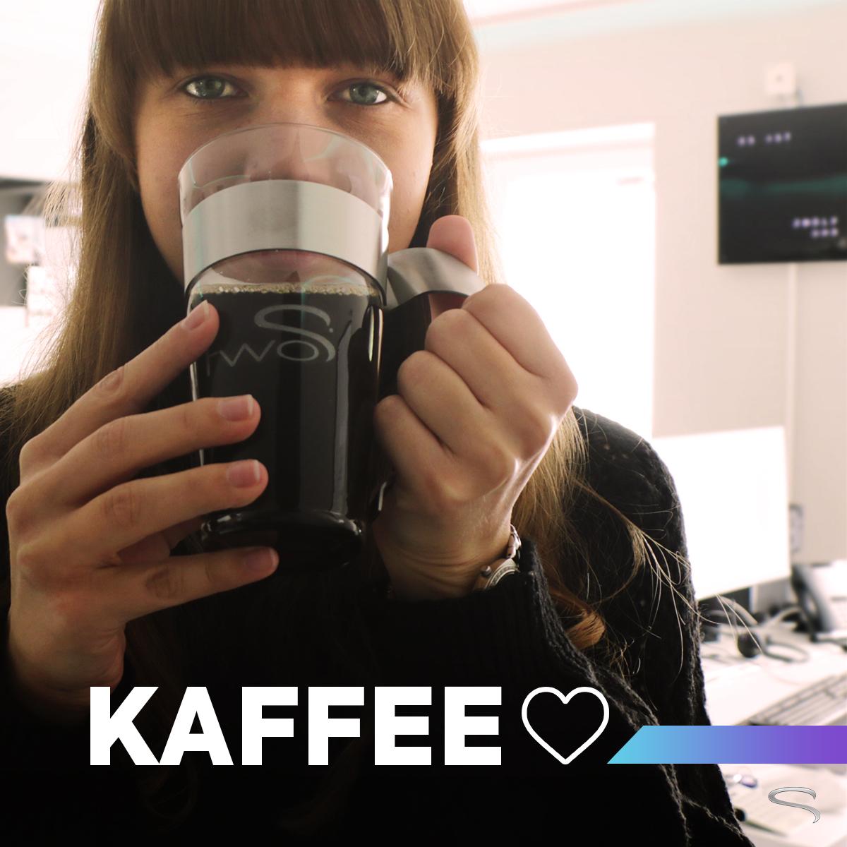 two S Mitarbeiterin trinkt Kaffee